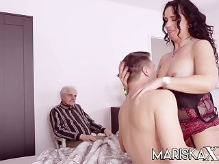 MILF fucks a guy far front be worthwhile for her husband