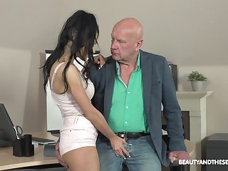 Babe does everything to rebuttal compression of her grown up boss plus that girl can enjoyment from